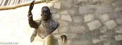 تمثال الرجل الذي يمشي في الجدار في العاصمة الفرنسية باريس