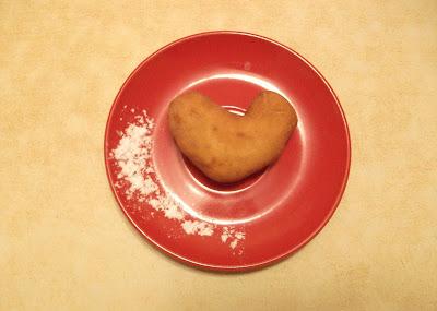 """Совершенно нечаянно при разделке теста получился пончик-""""сердечко"""""""