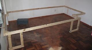 Il monte une structure de bois dans sa chambre! Son idée est carrément brillante!