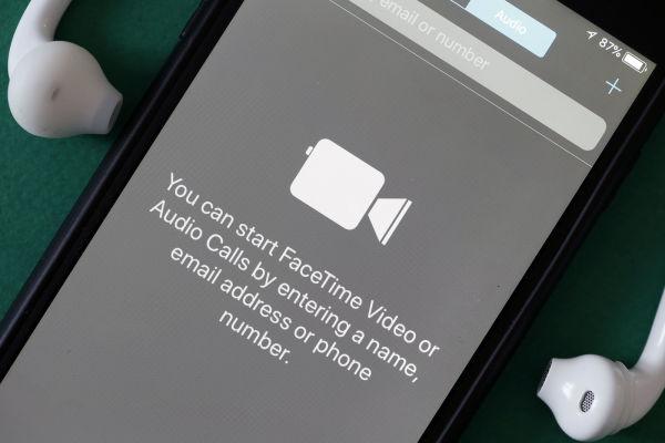 بالفيديو: آبل ترد على ثغرة Facetime بإعلان جديد
