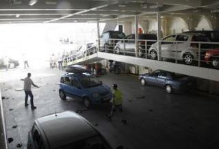 """Σύμφωνα με πληροφορίες του tempo24.gr, ένας άνδρας φέρεται να βρέθηκε ανάμεσα σε δύο φορτηγά μέσα σε πλοίο, που εκτελεί δρομολόγια...  Πάτρα - Ιταλία, με αποτέλεσμα να """"στριμωχθεί"""" και να τραυματιστεί σοβαρά.  Αμέσως σήμανε συναγερμός στο λιμάνι ενώ ασθενοφόρο του ΕΚΑΒ παρέλαβε τον τραυματία και τον μετέφερε στο νοσκομείο Αγιος Ανδρεας της Πάτρας.  Το ατύχημα έγινε κάτω από άγνωστες μέχρι στιγμής συνθήκες."""