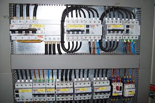 Reinstalar redes eléctricas en viviendas antiguas.