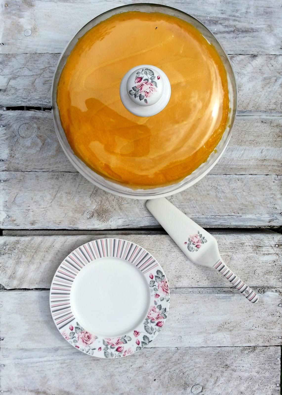 Gotowy sernik na paterze ceramicznej DUO z kloszem