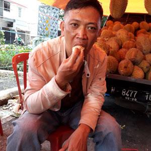Fery menikmati durian di Pasar Rakyat Kuliner 2019