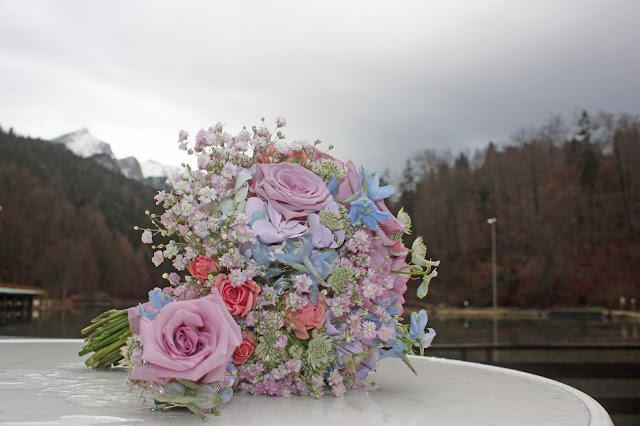 Winter-Brautstrauß in Frostfarben und Pastelltönen - Winter bridal bouquet in frozen pastel colours