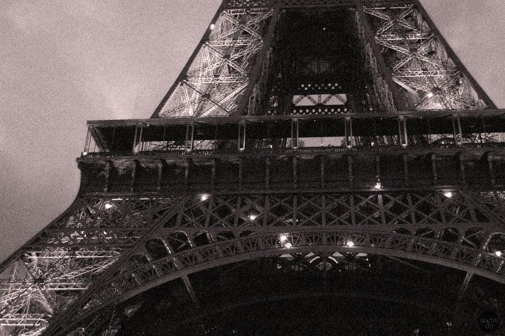 Eifelis nakts apgaismojumā, Marsa laukuma pakājē