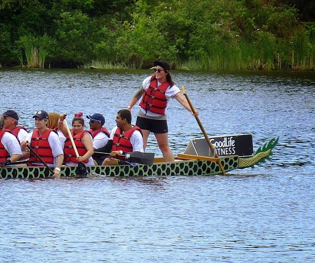 Die Dragonboats hier zeichnen sich weniger durch kunstvolle Verzierungen aus, sondern sind Sportgeraete. In jedem Dragonboat sitzen 20 Ruderer. An der Spitze sitzt ein Trommler der die Schlagfrequenz vorgibt und das Team lautstark anfeuert, waehrend Steuermann/Steuerfrau im Heck steht...
