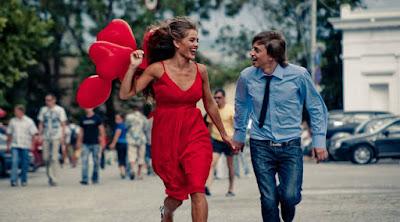 أشياء تجعلك تجذب أي امرأة بسهولة رجل امرأة يركضان يجريان حب رومانسية man woman running love romance happiness festival
