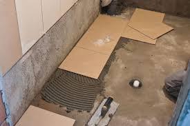 Apabila Memasang Jubin Adalah Penting Untuk Memastikan Kecerunan Lantai Gunakan Timbang Air Jika Di Bilik Tertentu Diperlukan Supaya