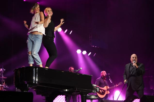 Videos: Amy Schumer, Jennifer Lawrence dance atop Piano of Billy Joel