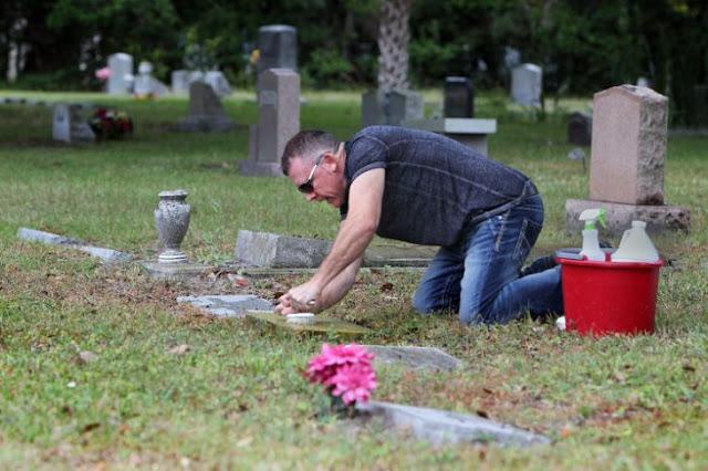 Dedica su día libre a limpiar las tumbas de los veteranos