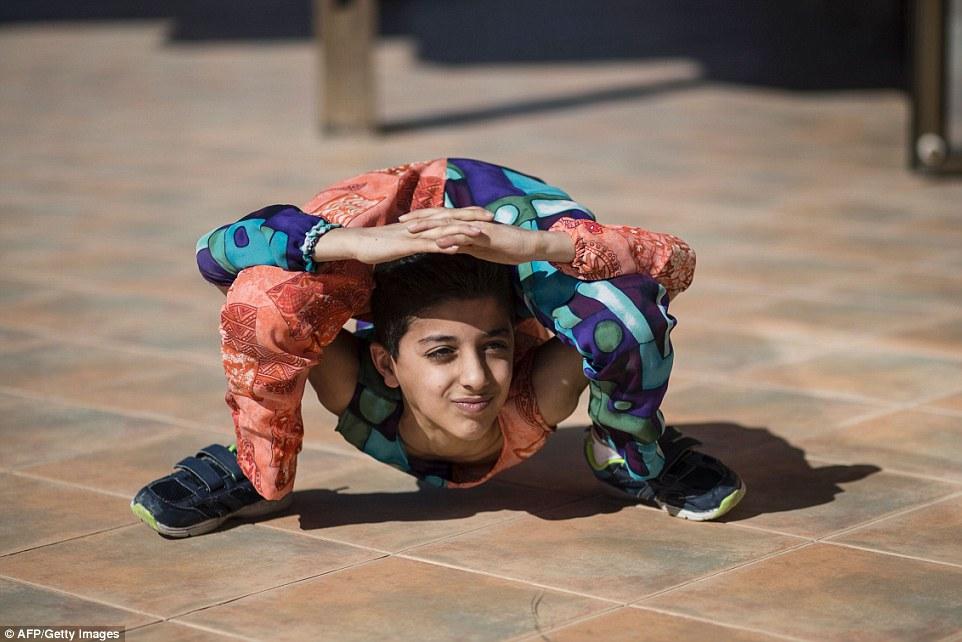 Unik!! Bocah Spiderman Asal Palestina Ini Emang Fleksibel Banget!