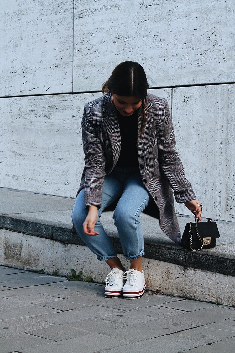 look abrigo de cuadros zapatillas plataforma
