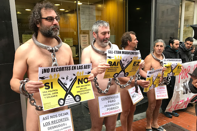 protesta desnudos contra los recortes de las ayudas sociales