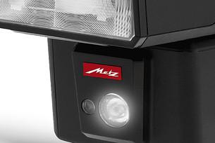 Вспышка Metz Mecablitz M400 имеет встроенный видеосвет 100 люкс