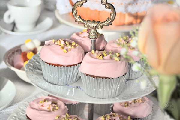 tea-party-shabby-chic-birthday-cake-pistachos-rosas-cupcake