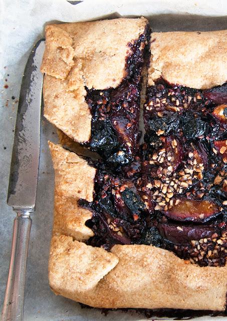 pasta brisée con marmellata di sambuco, susine e nocciole