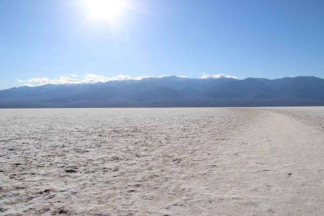 Laajemmassa kuvassa vallitsee valkoinen väri ja kirkas aurinko