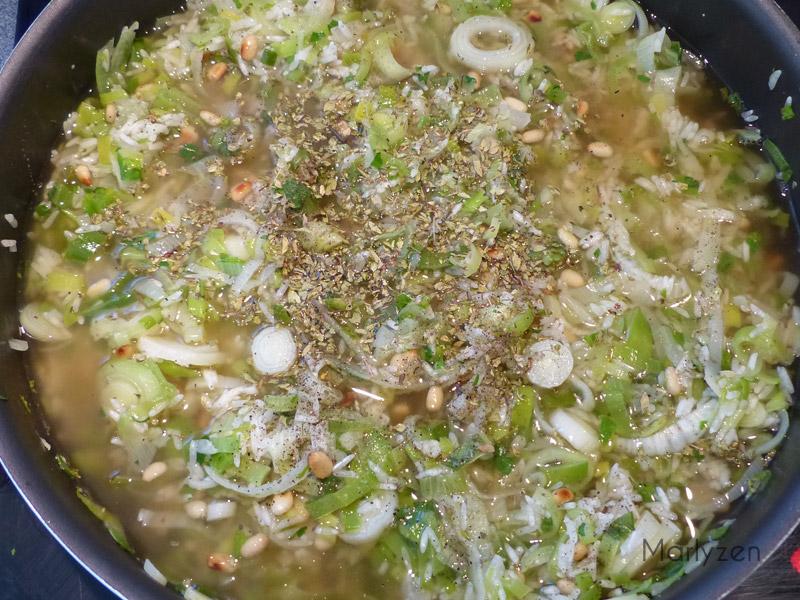 Salez, poivrez, ajoutez l'origan et versez le bouillon.