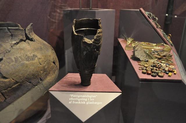 Gliniany puchar imitujacy szklany - eksponowany w Muzeum Wikingów w Ribe