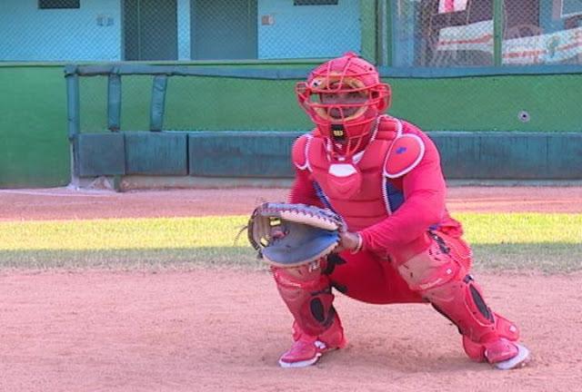 El mejor receptor de la pelota cubana, Yosvani Alarcón, entrena día y noche, a pesar de la sanción que aún pesa sobre él
