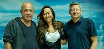 O produtor Cláudio Torres, Sabrina Sato e Ted Sarandos, chefe de Conteúdo da Netflix: trio de peso