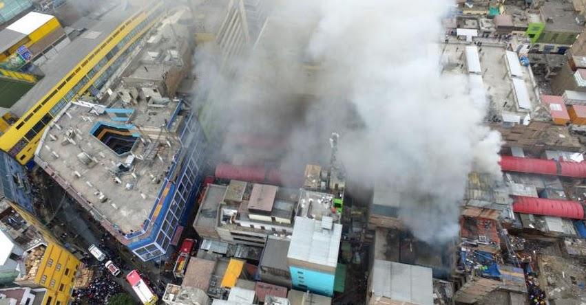 INCENDIO EN EL CENTRO DE LIMA: Fuego consume galería «La cochera» en jirón Andahuaylas, muy cerca de Mesa Redonda [FOTO - VIDEO]