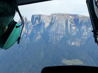 Bild eines begeisterten Gastes beim Hubschrauber  Rundflug über die Dolomiten!