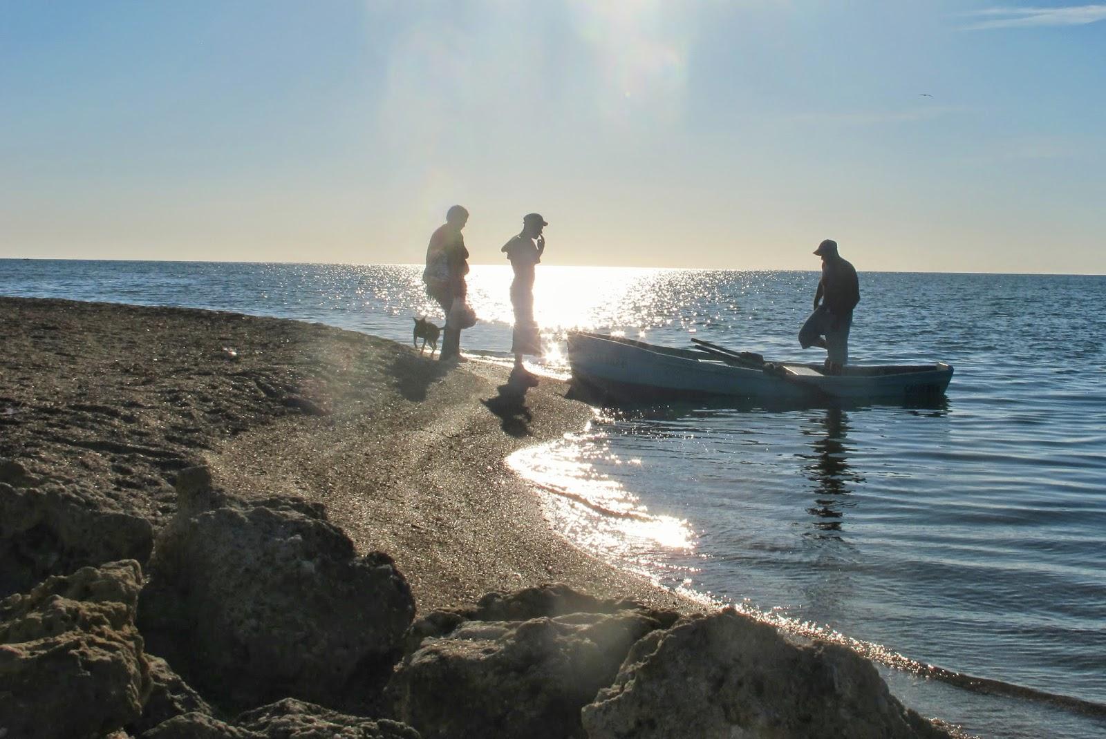 Nativos atravessando o Rio Guaurabo, no Mar do Caribe de Cuba, na Península Áncon.