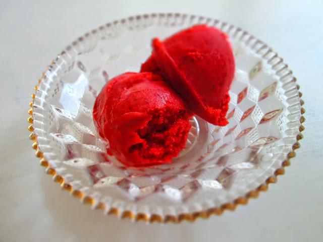 Cremet jordbærsorbet af danske økologiske jordbær