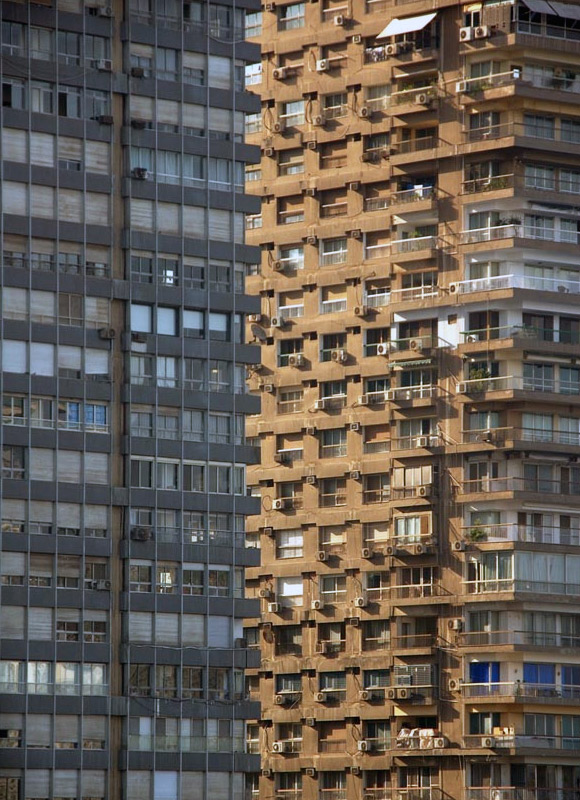 Hangisinin daha önde olduğu belli olmayan yan yana iki bina resmi