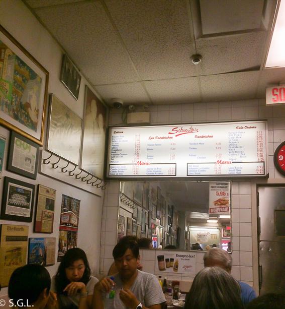 Interior del local de Schwartzs. Comer en Montreal