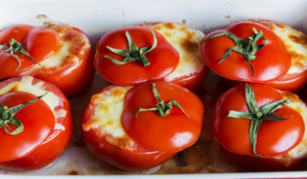 Tomates rellenos de queso al horno