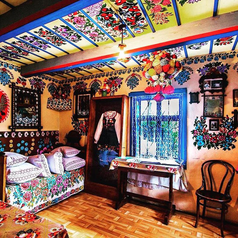 Pueblo de Polonia completamente cubierto en pinturas de coloridas flores