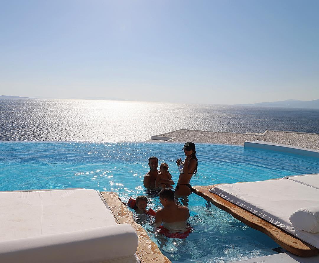 صور جريئة:دانييلا سمعان وزوجها فى جزيرة ميكونوس باليونان