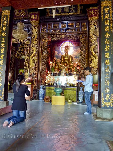 Fieles orando - Vinh Trang Pagoda por El Guisante Verde Project