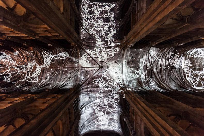 Un cielo de realidad virtual proyectada por encima de una iglesia de París por el artista Miguel Chevalier
