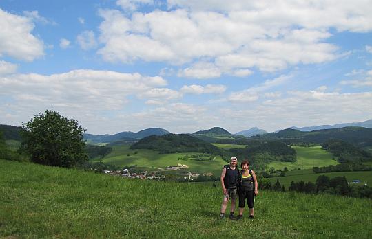 Na stokach wzniesienia Kučerovka. W dolinie widać zabudowania wioski Kotrčiná Lúčka.