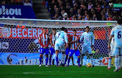 El último derbi en el Calderón - Atlético 0-3 Real Madrid - Estadio Vicente Calderón - el troblogdita - el gastrónomo - Real Madrid - Atlético de Madrid - Cristiano Ronaldo -  Hamburguesa con queso en plato de Star Wars