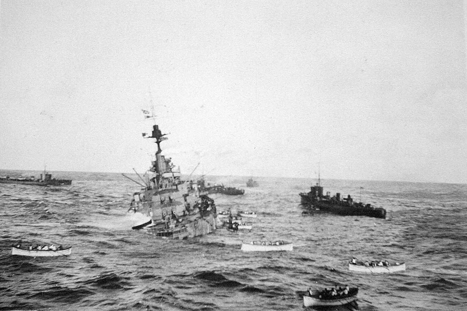 A HMS Audacious legénységének mentőcsónakjait az RMS Olympic fedélzetén kell tartani, 1914. október. Az Audacious egy brit csatahajó volt, amelyet egy német haditengerészeti akna süllyedt el az ír írországi Donegal északi partján.