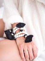 https://prettywire.fr/bracelets/2994658-bracelet-elastique-perles-ecrues-et-pompon-noir.html