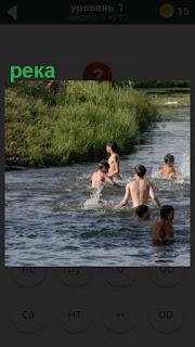 купаются дети в реке летом