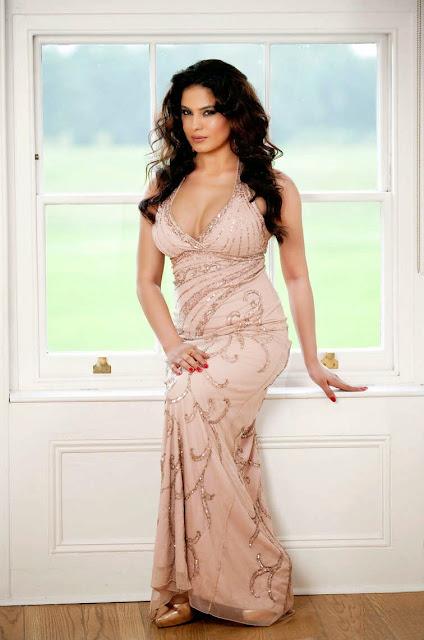 veena-malik-in-full-dress-image
