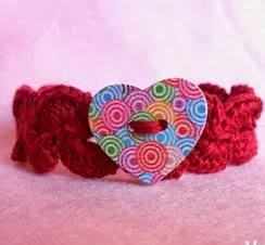 http://translate.googleusercontent.com/translate_c?depth=1&hl=es&rurl=translate.google.es&sl=en&tl=es&u=http://www.myhobbyiscrochet.com/2013/10/crochet-bracelet-with-heart-button.html&usg=ALkJrhiw-e9MLIasPHQMXHE6pLDTp5nAKQ