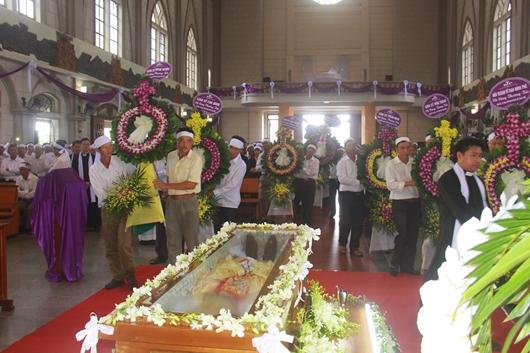 Ngày thứ Ba: Kính viếng và cầu nguyện cho Đức cha Phanxicô Xaviê Nguyễn Văn Sang - Ảnh minh hoạ 11