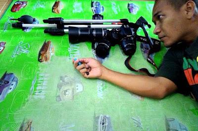 Ilustrasi kamera DSLR dan kelengkapannya.