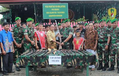 21 Pucuk Senjata Api Rakitan Diserahkan Warga Secara Suka Rela Kepada Satgas Yonif 614 Raja Pandita - Commando