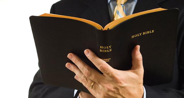 A prisão do pastor foi devido a ele ter conduzido um grupo de pessoas a cantarem o hino – Reprodução