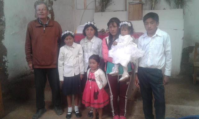 Das Ende des Schuljahres rückt näher und da stehen bei uns in den Andendörfern die Erstkommunionen an wie gestern beispielsweise im Dorf Viluyo.
