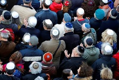 Alemães vão às ruas vestindo quipá em protesto contra antissemitismo